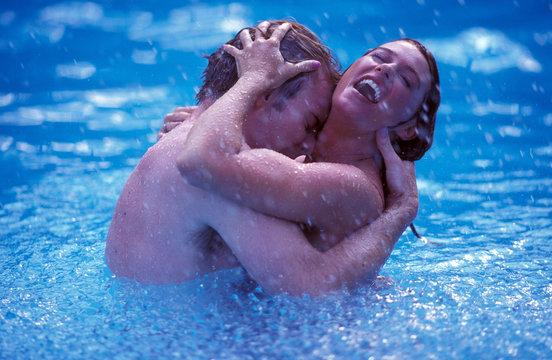 coppia in piscina