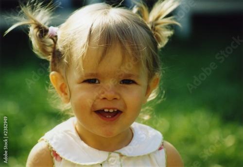 petite fille couette photo libre de droits sur la banque d 39 images image 2382949. Black Bedroom Furniture Sets. Home Design Ideas