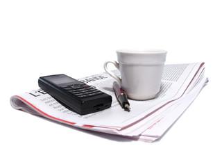café, journal, téléphone et stylo