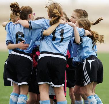 girls soccer huddle