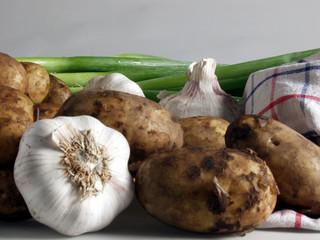 knoblauch kartoffeln und lauch mit tuch 1