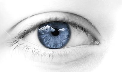 oeil de femme bleu symbole de douceur