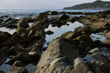 paesaggio con scogli e mare