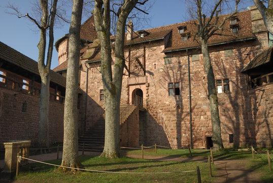 la cour du château du haut koenigsbourg