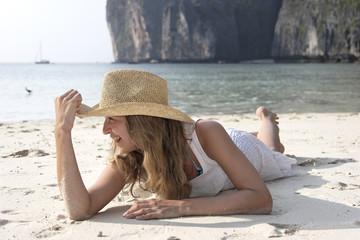 frau mit hut am strand