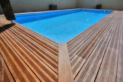 Piscine et bois exotique photo libre de droits sur la for Tarif piscine bois