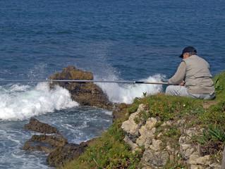 pescador en la costa