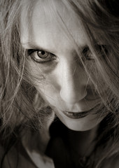 femme à l'air méchant