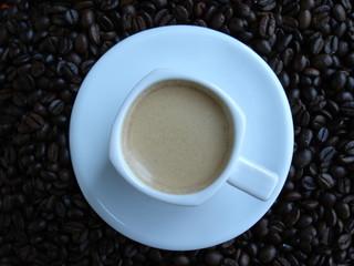 espresso auf kaffeebohnen