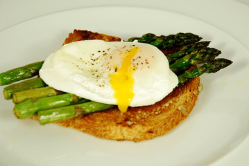 poached egg and asparagus