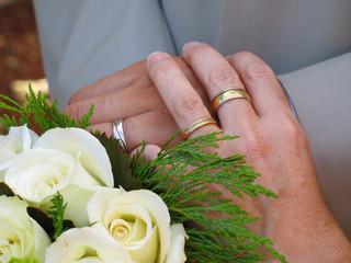 main et alliances de mariage