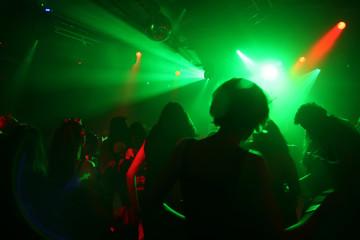 tanzende menschen im grün/rotem laserlicht