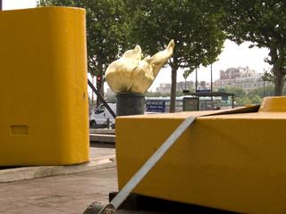 flamme de la liberté encadrée de jaune