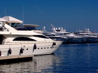 bateaux de luxe au port