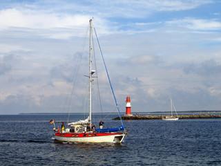 segelboot und leuchturm