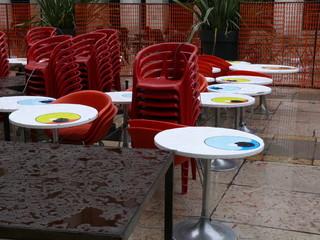 tables rondes blanches et fauteuils rouges