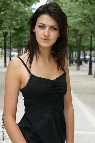 636c446e48dee8 portrait jeune femme brune