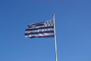 drapeau breton dans un siel bleu