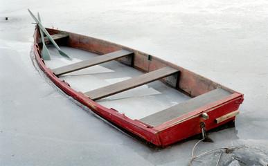 barque rouge prise par la glace