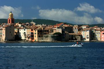 La ville de Saint Tropez vue de la mer