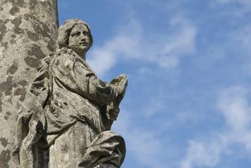 Alte Steinstatue eines betenden Engels ,