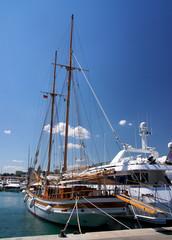 Un voilier dans le port d'Antibes