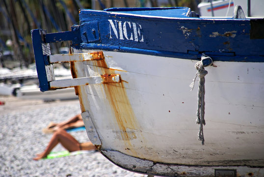 Une barque sur la plage.