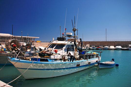 Un bateau de pêche dans le port du Cros de Cagnes.