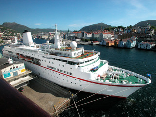 Navio de Cruzeiro no Porto de Bergen (Noruega)