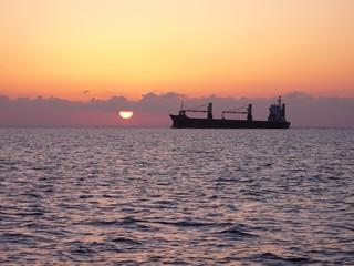 Frachtschiff auf der Ostsee bei Sonnenaufgang