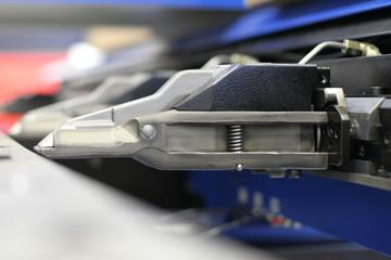 Punching machine gripper mechanism