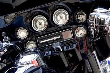 Fototapete - Gros plan du tableau de bord d'une moto de légende
