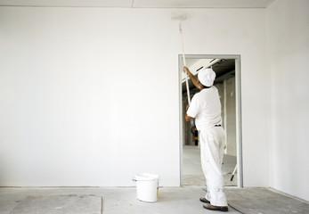 Maler beim Ausmalen eines Raumes
