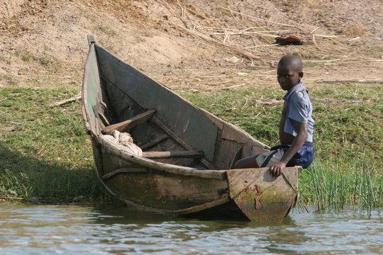 enfant sur un bateau ouganda
