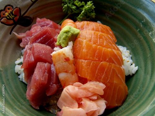Plat japonais sushi poisson cru et riz photo libre de for Poisson japonais nourriture