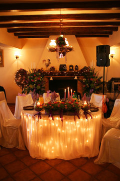 weeding head table where the bride and the groom usualy stay