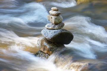 kleiner Bach mit vielen Steinen und Felsen und Wellen