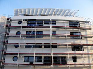 Immeuble blanc moderne en travaux à Cannes la Bocca