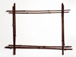 dekorativer rahmen aus schwarzen bambusstäben