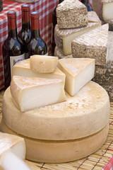 Sur le marché : fromage au lait cru et vin