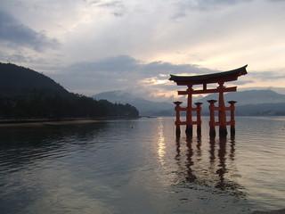 Foto auf Gartenposter Tempel Miyajima Torii