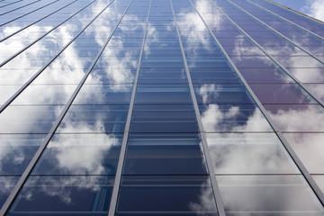 Tuinposter Aan het plafond Wolken spiegeln sich in der Glasfassade