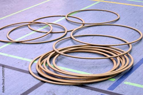 hula hoop reifen in einer sporthalle stockfotos und. Black Bedroom Furniture Sets. Home Design Ideas