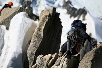 Alpinistes en cordée sur un rocher