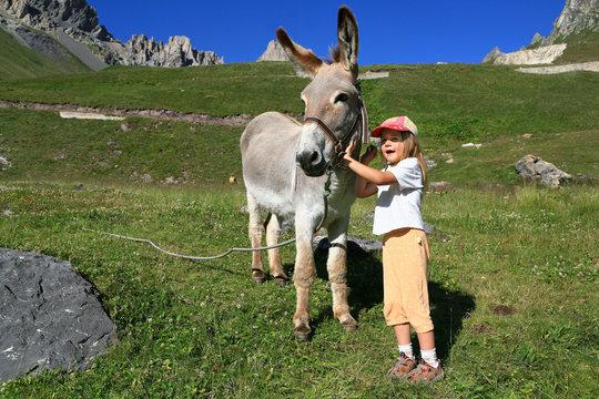 Enfant en randonnée avec un âne