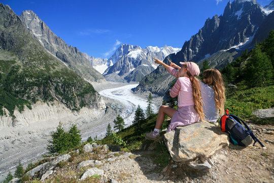 Enfants et la montagne