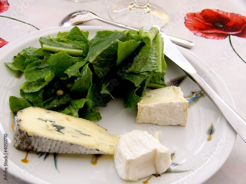 assiette de fromages avec salade verte photo libre de droits sur la banque d 39 images fotolia. Black Bedroom Furniture Sets. Home Design Ideas