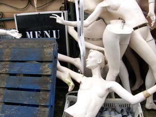 Morceaux de mannequins et palette de bois bleue