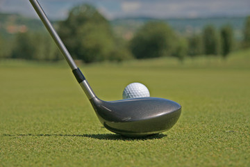 Balle de golf au départ du drive