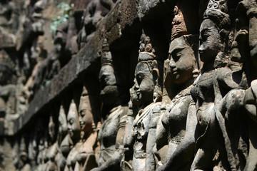 Figuren an der Terrace of Leopard King in Angkor